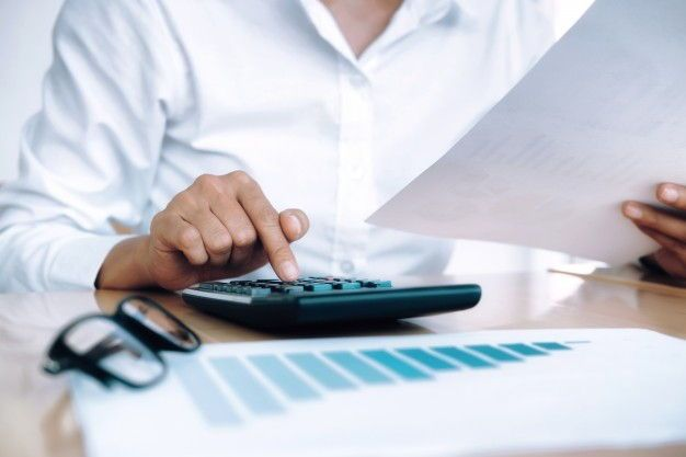 Administrador de fincas calculando ahorro