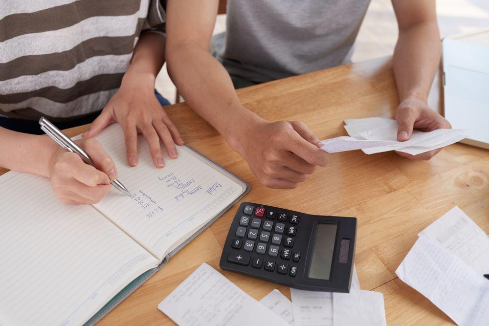 Comunidad de vecinos calculando gastos